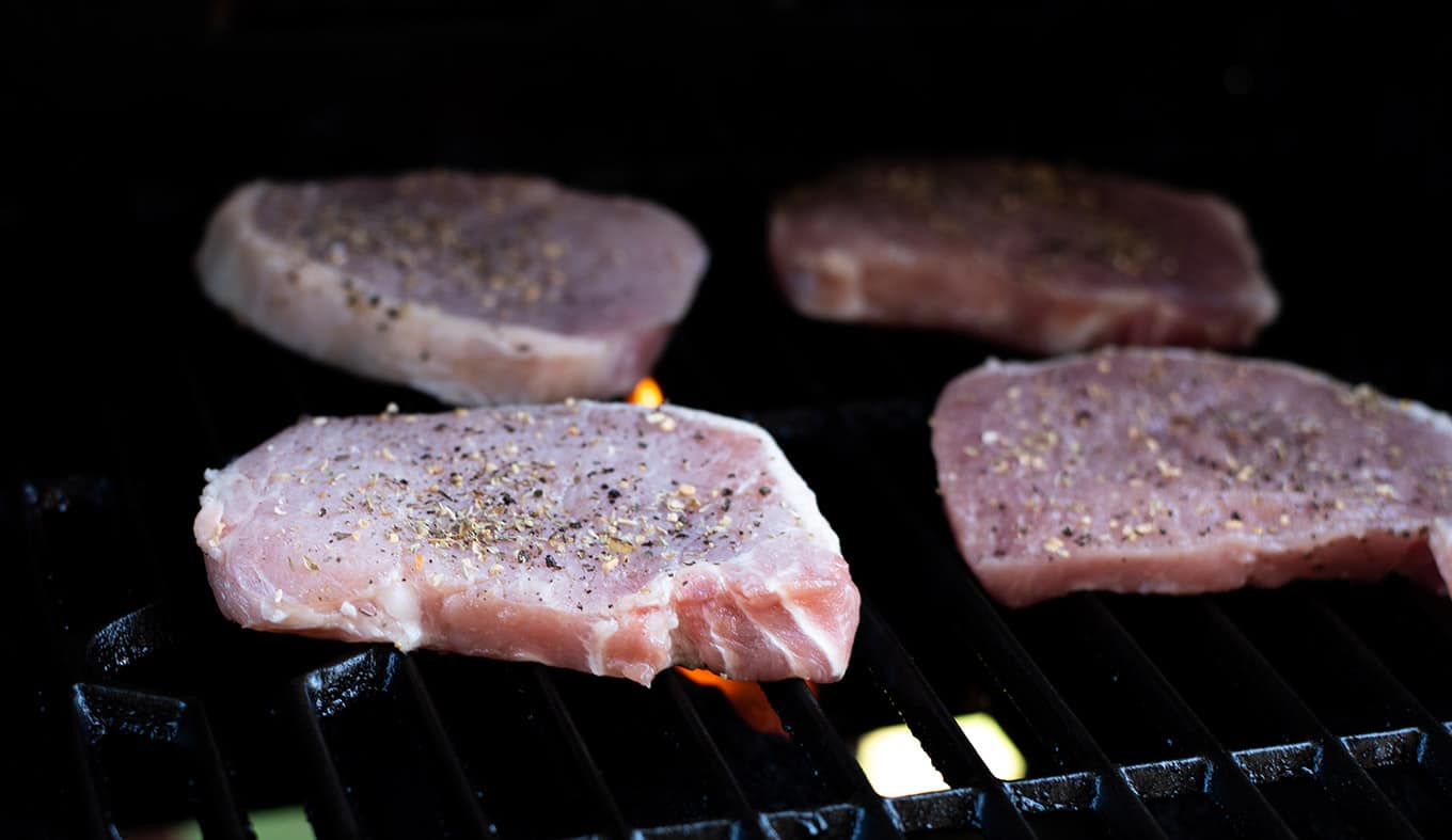 Simply Grilled Pork Chops & Outdoor Dining Tips | omgfood.com